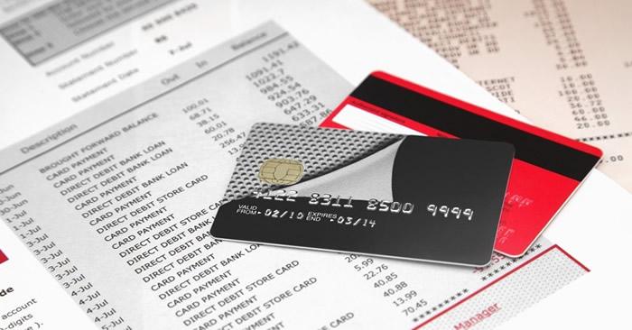 cartes de credit sur du papier avec la liste des transactions effectuées