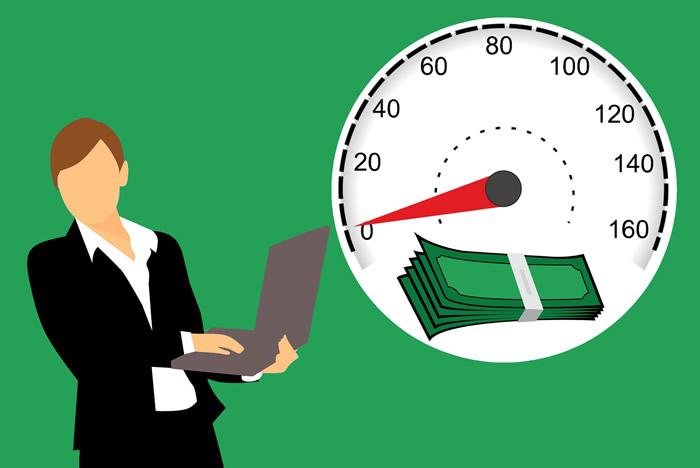 femme avec ordinateur portable avec horloge et argent