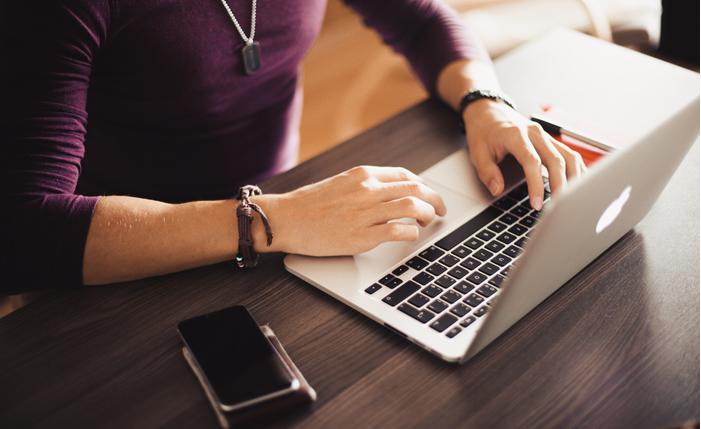 homme au clavier ordinateurte en ligne.