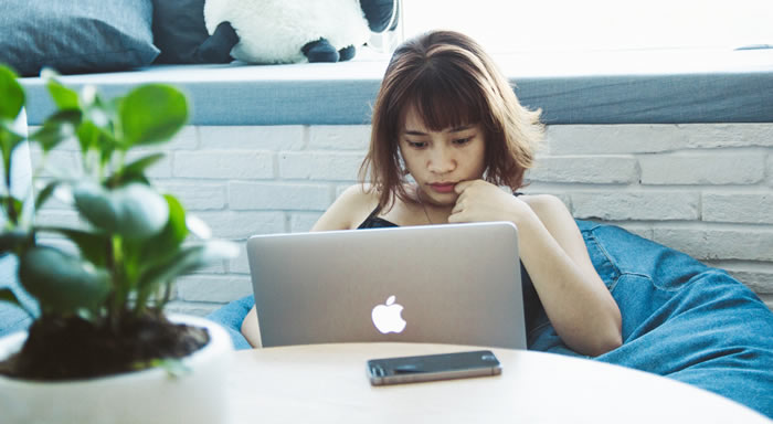 femme qui vérifie comment la durée de ses antécédents de crédit influe sur son pointage de crédit