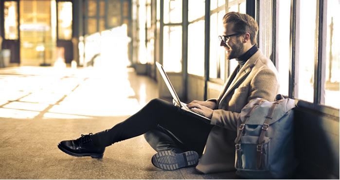 homme heureux avec ordinateur portable